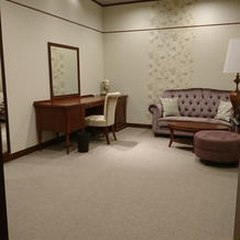 新郎新婦控え室も広めです。