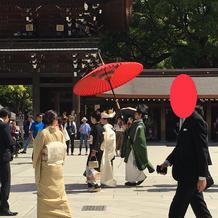 新婦さんは赤い傘を差します