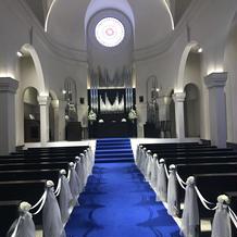 青い絨毯のチャペル