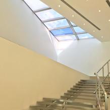 階段の上にも窓があり明るい